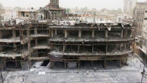 Batiment endommagé par une attaque suicide dans le quartier Karrada, à Baghdad. Selon les dernières estimations l'attentat aurait coûté la vie à 165 victimes
